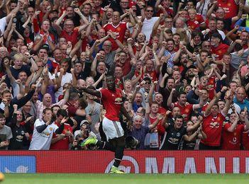 El Manchester United golea al Everton y da caza al City