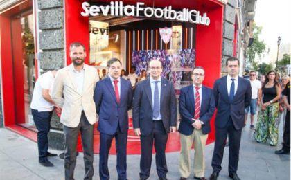 El presidente del Sevilla F.C., Pepe Castro, ha inaugurado la nueva tienda en la Puerta de Jerez.