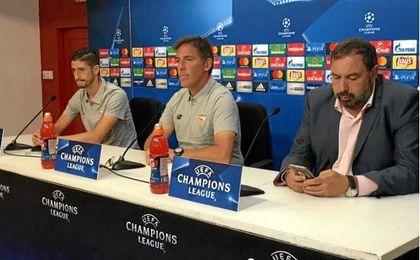 Berizzo y Escudero, junto al director de comunicación del Sevilla F.C., Jesús Gómez, hoy en sala de prensa.