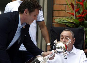 La Conmebol entrega una réplica de la Libertadores a Luis Fernando Montoya
