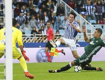 4-4. La Real y el Betis se reparten el premio en festival de goles en Anoeta