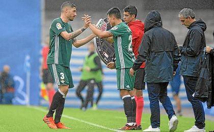 Javi García deja su sitio, lesionado, a Narváez.