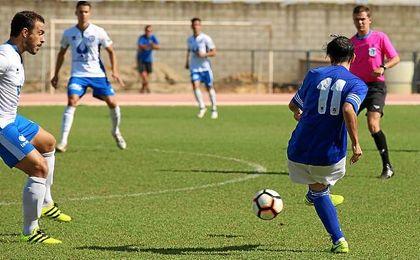 Andrés pasando el esférico en el partido entre el San José y el Xerez Deportivo.