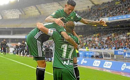 Tello y Sanabria se abrazan con Joaquín tras marcar en Anoeta.