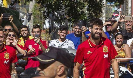 Unos 200 aficionados reciben a la selección y con disparidad sobre Piqué