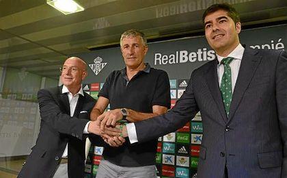 Serra Ferrer, Setién y Haro, en la presentación del técnico verdiblanco.