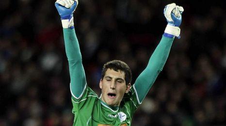 Sergio Herrera para tres penaltis e impulsa a Osasuna hacia el liderato