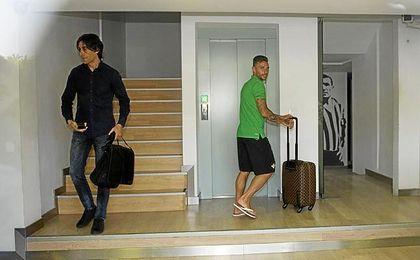 Rubén, abandonando las oficinas del Benito Villamarín.
