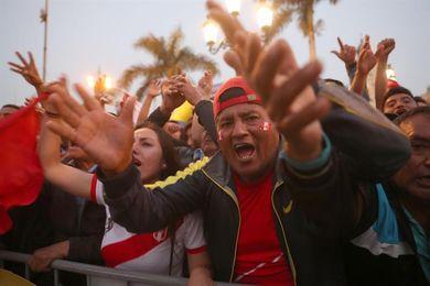 Los hinchas peruanos y los colombianos se aferran a la fe