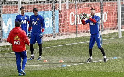 Kepa y Rico, junto a De Gea, en un entrenamiento de la selección.