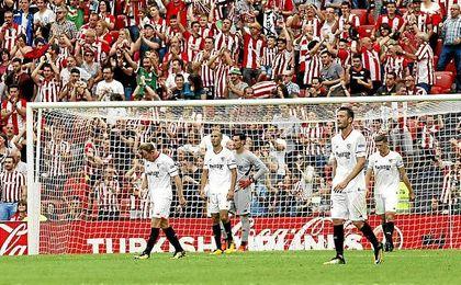 Los jugadores del Sevilla se lamentan tras el gol de Mikel Vesga.