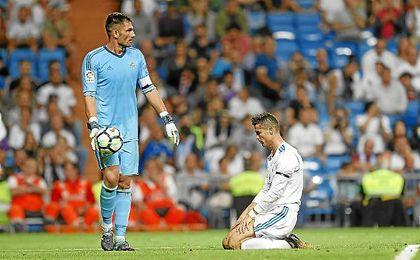 Adán, con el balón, ante un Cristiano Ronaldo cabizbajo.