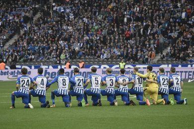 Bundesliga elogia el simbólico gesto del Hertha, arrodillado, contra el racismo