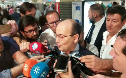 José Castro, atendiendo a los medios en el aeropuerto.