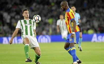Fabián intenta zafarse de Kondogbia en un lance del partido.