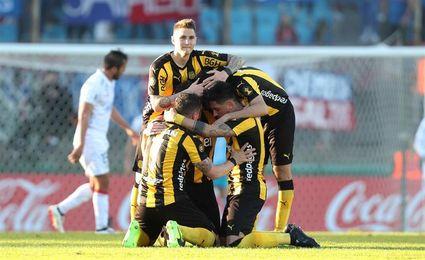 Peñarol logra su séptimo triunfo seguido en el fútbol en Uruguay y mira por el retrovisor a Defensor