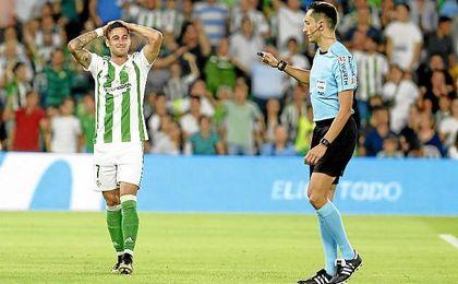Sergio León se lamenta durante el partido ante el Valencia.