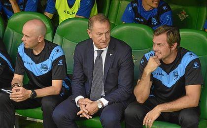 De Biasi está muy molesto tras el 2-0.