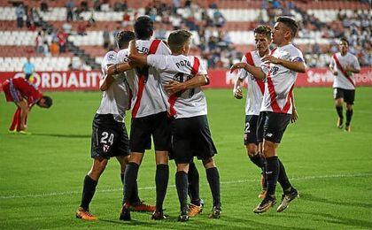 Los jugadores del Sevilla Atlético celebran uno de los goles de Carlos Fernández.