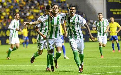 Sergio León celebra el 1-0 con Nahuel.