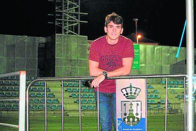 El zaguero Josemi posa para los medios oficiales del club.