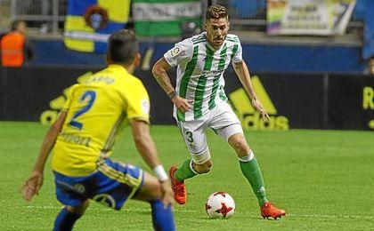 Javi García conduce el balón en el partido de Copa ante el Cádiz.