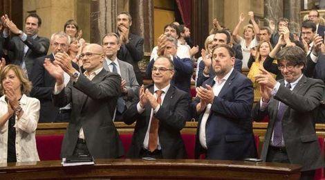 El Parlament declara constituida la República catalana e insta al Govern a implementarla.