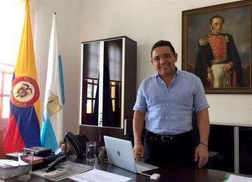 Arrestan al alcalde de Santa Marta cuando iba a Caracas por la llama bolivariana