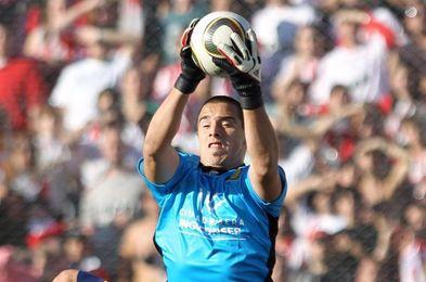 Delfín retoma liderato del fútbol en Ecuador, donde el argentino Galíndez es figura al tapar y marcar gol