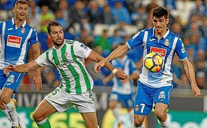 Amat presiona al goleador de la noche, Gerard Moreno