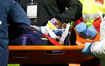 Martina (Everton), evacuado en camilla tras un fuerte golpe en la espalda