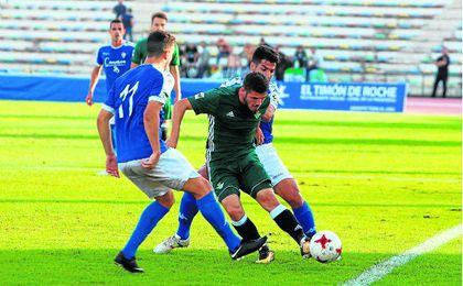 Julio Gracia, que mandó un disparo a la madera, intenta marcharse este miércoles de dos rivales.