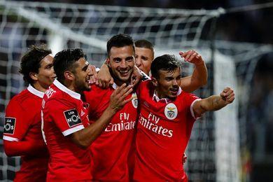 1-3 El Benfica gana al Vitoria de Guimaraes y sigue vivo en la Liga lusa