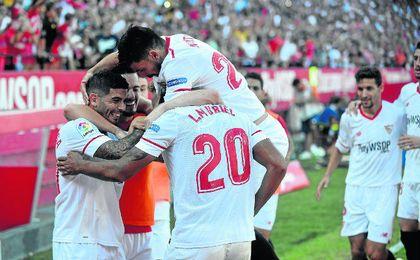 Los jugadores del Sevilla celebran un gol en el Sánchez-Pizjuán.