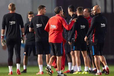 El Barcelona realiza el último entrenamiento de la semana bajo mínimos