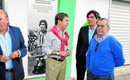 En el centro de la imagen, el mítico Julio Cardeñosa, a las puertas del Benito Villamarín para asistir a un acto de homenaje a otra leyenda en verdiblanco, Paco Bizcocho.