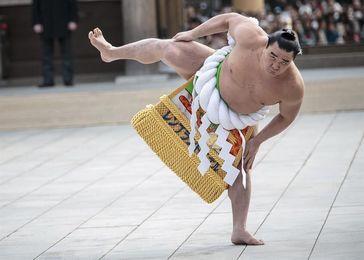 Una estrella de sumo escandaliza a Japón al herir a otro luchador de un botellazo