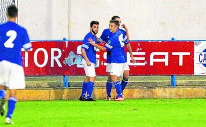 El San José celebra uno de los goles logrados en el Guadalquivir de Coria, donde se impuso por 0-5.