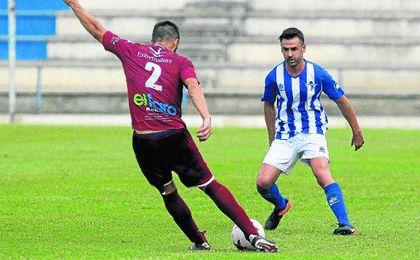 Jonathan Ruiz (derecha) en un lance del encuentro disputado contra el Badajoz.