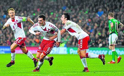 Kjaer, a la izquierda, celebra uno de los goles en el 1-5 sobre Irlanda de ayer.