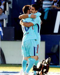 Un gol de Luis Suárez da ventaja al Barcelona al descanso (0-1)