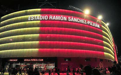 Estreno del espectáculo de luces en la previa del Sevilla-Liverpool