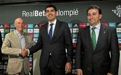López Catalán, junto a Haro y Serra en una rueda de prensa.