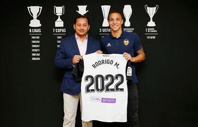 Rodrigo renueva con el Valencia hasta el año 2022