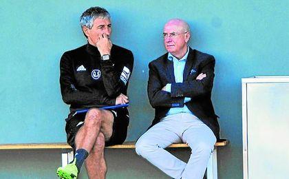 Quique Setién y Lorenzo Serra Ferrer conversan durante un entrenamiento reciente del Betis.