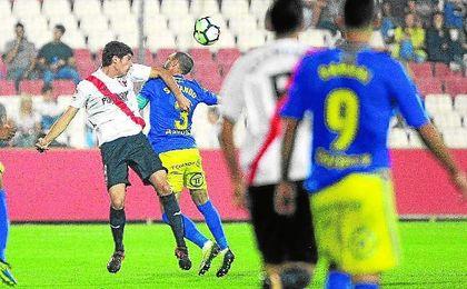 Carlos Fernández, en la imagen ante el Cádiz, se ha perdido los cuatro últimos partidos.