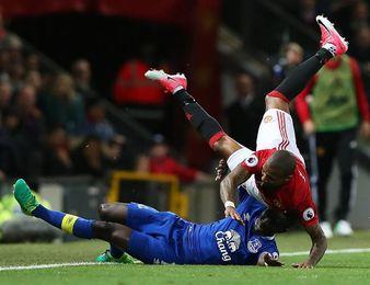 Un solitario gol de Young salva a un rácano Manchester United