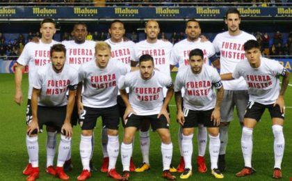Los jugadores del Sevilla salieron con estas camisetas.
