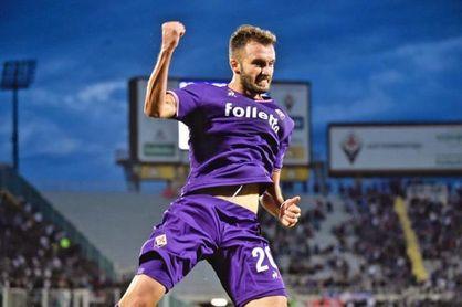 Pezzella celebra un gol con la elástica de la Fiorentina.