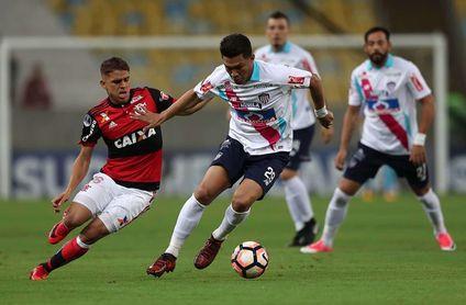 Flamengo viaja a Colombia con crisis provocada por las dudas con el portero